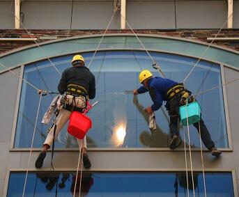 Кому требуются промышленные альпинисты